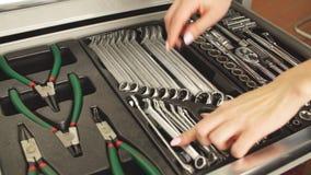Weiblicher Mechaniker-Taking Instruments From-Werkzeugkasten in der Reparatur-Garage stock footage