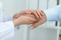 Weiblicher Medizindoktor, der ihrem Patienten versichert Stockfotos