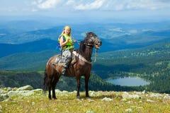 Weiblicher Mitfahrer auf zu Pferde Stockbild