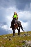 Weiblicher Mitfahrer auf zu Pferde Stockfotografie