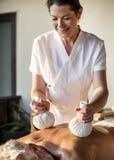 Weiblicher Mitteilungstherapeut, der eine Massage an einem Badekurort gibt lizenzfreie stockfotos