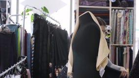 Weiblicher Modedesigner bei der Arbeit stock footage