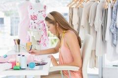 Weiblicher Modedesigner, der an ihren Designen arbeitet Stockbild