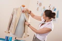 Weiblicher Modedesigner, der Messen nimmt Stockfoto