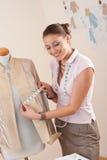 Weiblicher Modedesigner, der Messen nimmt Lizenzfreie Stockfotografie