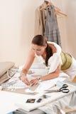 Weiblicher Modedesigner, der mit Skizzen arbeitet lizenzfreie stockbilder