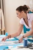 Weiblicher Modedesigner, der am Studio arbeitet lizenzfreie stockbilder