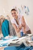 Weiblicher Modedesigner, der am Studio arbeitet lizenzfreie stockfotografie