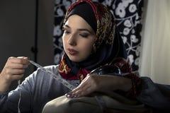 Weiblicher Modedesigner Wearing Hijab Stockfotos