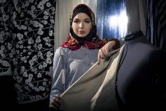 Weiblicher Modedesigner Wearing Hijab Stockbilder