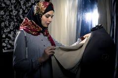 Weiblicher Modedesigner Wearing Hijab Lizenzfreie Stockbilder