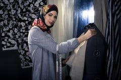Weiblicher Modedesigner Wearing Hijab Lizenzfreies Stockfoto