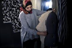 Weiblicher Modedesigner Wearing Hijab Lizenzfreie Stockfotos