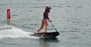 Weiblicher Motosurf-Konkurrent, der mit Geschwindigkeit sich bewegt lizenzfreie stockfotos