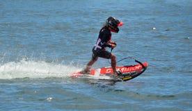 Weiblicher Motosurf-Konkurrent, der mit Geschwindigkeit sich bewegt stockbilder