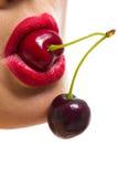 Weiblicher Mund mit Kirschen Stockfoto