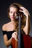 Weiblicher musikalischer Spieler gegen dunklen Hintergrund Lizenzfreie Stockfotografie