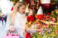 Weiblicher naher Zähler mit Weihnachtsgeschenken Stockfotografie