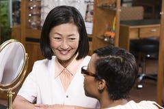 Weiblicher Optometriker With Patient Stockfotografie