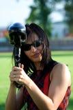 Weiblicher Paintballspieler stockfoto