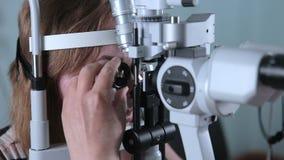 Weiblicher Patient auf medizinischer Anwesenheit an der modernen medizinischen Ausrüstung Optometriker Contemporary stock footage