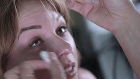 Weiblicher Patient auf medizinischer Anwesenheit an der modernen medizinischen Ausrüstung Optometriker Contemporary stock video