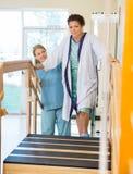 Weiblicher Patient, der durch Systemtest unterstützt wird Stockbild