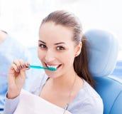 Weiblicher Patient, der ihre Zähne putzt lizenzfreies stockbild