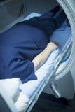 Weiblicher Patient in der Sauerstoffüberdruckkammer HBOT Lizenzfreie Stockfotos