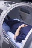 Weiblicher Patient in der Sauerstoffüberdruckkammer HBOT Lizenzfreies Stockfoto