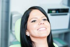 Weiblicher Patient des schönen Lächelns, der am Zahnarzt wartet lizenzfreies stockfoto