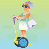 Weiblicher Pensionär in den Ferien geht auf elektrischen Roller Stockbild
