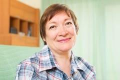 Weiblicher Pensionär mit karierter Bluse Stockbild