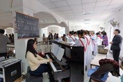 Weiblicher Pianist und Chor Stockbild