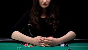 Weiblicher Pokerspieler, der alle Kasinochips, weiblichen Trick, spielendes Glück ergreift lizenzfreie stockbilder