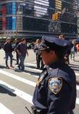 Weiblicher Polizeibeamte, Polizeidienststelle, Stadt New York, NYC, USA Lizenzfreie Stockbilder