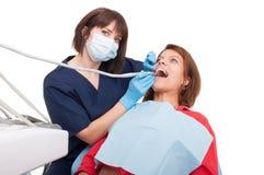 Weiblicher praktizierender Zahnarzt Stockbild