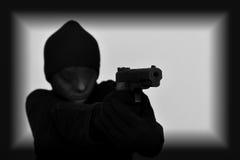 Weiblicher Räuber, der ein Gewehr hält stockfoto