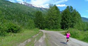 Weiblicher Rüttler, der auf dem Waldweg 4k läuft stock video