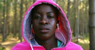 Weiblicher Rüttler, der für das Rütteln von 4k aufwärmt stock video footage
