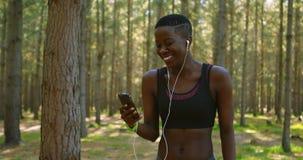 Weiblicher Rüttler, der Handy im Wald 4k verwendet stock video