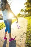 Weiblicher Rüttler in einem Stadtparkblick von hinten Lizenzfreie Stockfotos