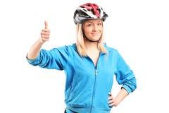 Weiblicher Radfahrer, der Daumen aufgibt Stockfotografie