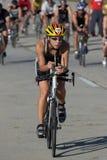 Weiblicher Radfahrer, der den Satz führt Lizenzfreie Stockfotografie