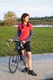 Weiblicher Radfahrer in der goldenen Leuchte lizenzfreie stockbilder