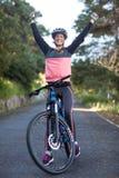 Weiblicher Radfahrer, der mit Mountainbike in der Landseite steht Lizenzfreies Stockfoto