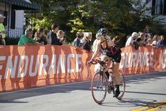 Weiblicher Radfahrer in Ironman-Triathlon Stockfoto