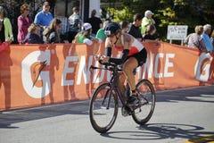 Weiblicher Radfahrer in Ironman-Triathlon Stockfotos