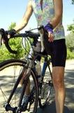 Weiblicher Radfahrer mit geblühtem Jersey Stockfoto