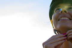 Weiblicher Radfahrer mit Sturzhelm auf ihrem Kopf Stockfoto